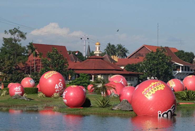 Bola-bola Raksasa Berwarna Merah Tersebar di Taman Mini Indonesia Indah, Ada Apa?